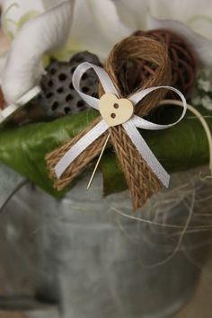 Jutový vývazek se srdíčkem a špendlíkem / Zboží prodejce DekoLuLu | Fler.cz Button Flowers, Wedding Groom, Grooms, Easter, Candles, Weddings, Tableware, Jute, Valentines Day Weddings