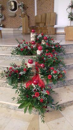 Creative Flower Arrangements, Church Flower Arrangements, Church Flowers, Christmas Arrangements, Floral Arrangements, Christmas Flower Decorations, Altar Decorations, Christmas Centerpieces, Christmas Wreaths