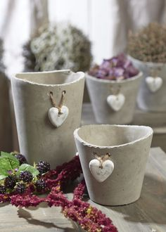 Betontöpfe mit Herz. ||  LOVE THIS! YOU CAN WRITE ON THE HEART WHAT THE PLANT IS. ♥A