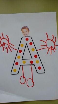 """Cada niño/a ha dibujado """"como si fuera su cuerpo"""" en la inicial de su nombre. Le hemos pegado la foto de la cara y este es el resultado. Ad... Letter Activities, Phonics Activities, Toddler Activities, Kindergarden Art, Art Drawings For Kids, New Class, Letter Recognition, Photo Craft, Literacy"""