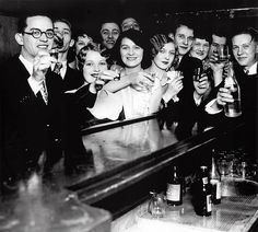 Vintage Photography of Americans mostly likely getting SMASHED on the day that ended the prohibition 🍺 5 December 13 years without alcohol 😵 . Speakeasy Decor, 1920s Speakeasy, Weird History Facts, Prohibition Party, Vintage Cocktails, 1920s Photos, Thing 1, American Spirit, Blog Images