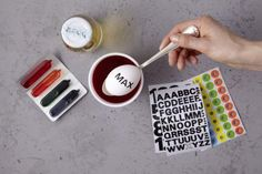 Buchstaben auf Eier färben