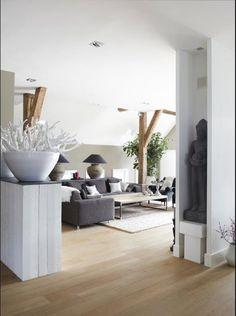 Dutch rustic modern white grey living . Uit Stijlvol Wonen, het magazine voor hedendaags wonen. Foto: Jonah Samyn.https://www.rtlwoonmagazine.nl/inspiratie/fotos#inspiratie-l1m4cn5ot9oxom7uaagxrfpmd/high