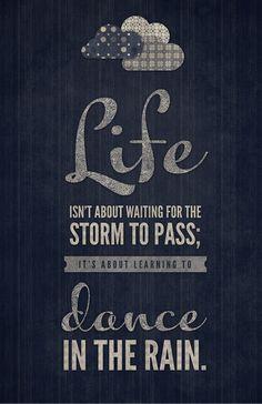 La vida no es esperar a que pase la tormenta; es sobre aprender a bailar bajo la lluvia.