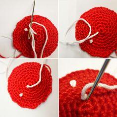 Een gratis Nederlands haakpatroon van een rood met witte paddenstoel. Het haakpatroon van de paddenstoel vind je op Haakinformatie!