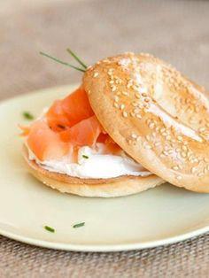 Meriendas ligeras: bocadillo de salmón ahumado y queso fresco