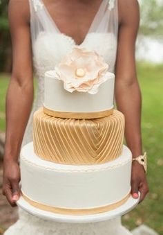 Gold and white wedding cake #cakes #weddingcakes #goldwedding #goldcake #weddingdessert
