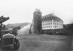 Kilde foto: Knut Arnesen * Bergen Brandkorps Historielag. Øvelsetårnet 1925 og vår gamle Dennis 1923 mod. til venstre, Scania Vabis 1919 mod. til høyre og mekanisk stige fra 1907 reist ved Tårnet. BBH
