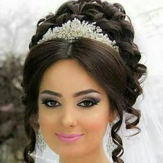 I love the tiarawith this beautiful up do. Crown Hairstyles, Bride Hairstyles, Peinado Updo, Bridal Hair Buns, Hair Upstyles, Quinceanera Hairstyles, Hairdo Wedding, Bridal Makeup Looks, Hair Today