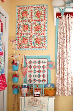 retro kitchen blue red color kitsch - a bit floral for my taste but still cute Colorful Kitchen Decor, Retro Kitchen Decor, Retro Home Decor, Kitchen Colors, Colorful Decor, Vintage Decor, Kitchen Ideas, Vintage Kitchen Curtains, Red Kitchen