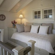 Guest bedroom idea: a built-in daybed at the top of the stairs is ideal for last-minute guests. Coastal Living Rooms, Living Spaces, Cottage Living, Cottage Style, Built In Daybed, Cozy Nook, Bed Nook, Cozy Corner, Home Bedroom