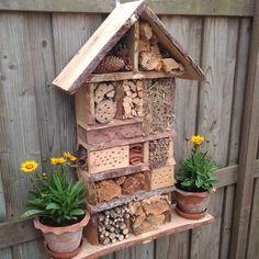 Ons insectenhotel kan gasten ontvangen #insecthouse #insecthotel #insectenhotel #bloemetjesenbijtjes