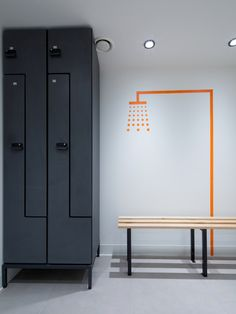 Wayfinding and signage – office showers – Contemporary Office Lockers, Office Signage, Gym Interior, Interior Design, Office Floor, Room With Plants, Changing Room, Business Design, Bicycle Store