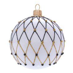 Bílá vánoční koule je polapena sítí z černého a zlatého posypu. Ačkoliv černá barva není příliš častá na vánočních ozdobách, ve spojení s bílou a zlatou působí velice elegantně a skvěle se hodí na netradiční vánoční dekorace. Basic Colors, Colours, Nordic Style, Christmas Bulbs, Ceiling Lights, Pure Products, Elegant, Holiday Decor, Pendant