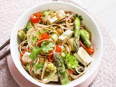Noodles wok met groene asperges, tofu, paprika en broccoli
