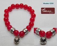 Pulsera de bolas de cristal rojas, con dos abalorios metálicos y bola central.