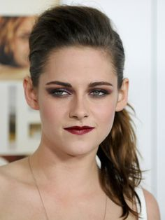 EB101 BadBrows.  Kristen Stewart. Gorgeous lady, but her brows need some care. What do you see wrong with her brows?   #badbrows #badbrowshappentocelebs #wecanhelp #calluskristen #getThreaded