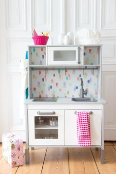Simple DIY idea for children's kitchens from IKEA: paper the back wall, all information on www. Ikea Childrens Kitchen, Ikea Kids Kitchen, Diy Play Kitchen, Play Kitchens, Toy Kitchen, Ikea Custom, Cocina Diy, Maila, Playroom Decor