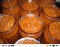 Cibulku zpěníme na oleji, pak přidáme cuketu, česnek a ostatní suroviny. Nakonec kečup dle chuti.Dusíme asi 30 min, pak plníme skleničky a...