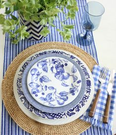 Blue and white tablescape and dinner party ideas...