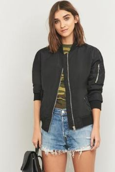 ¡Cómpralo ya!. Light Before Dark Bomber Jacket - Womens XS. Contemporary bomber jacket is brought to you by UO's own Scandinavian-inspired label Light Before Dark. Features a treated outer in a loose and slightly oversized silhouette. Finished with a zip front closure, two front pockets at the hip, and a decorative seam down the back as an unexpected element.      **THINGS TO KNOW:**   - Mixed fibres    - Machine wash      **SIZE & FIT:**   - Model wears: Small    - Model height: 172cm/5'8…