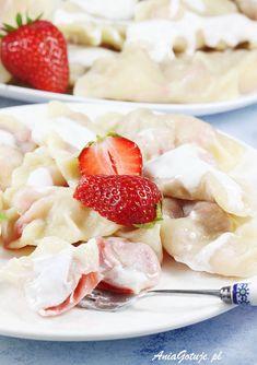 Pierogi z truskawkami. Dumplings with strawberries. Dumplings, Fruit Salad, Pierogi, Strawberry, Meat, Desserts, Food, Tailgate Desserts, Fruit Salads