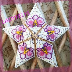 Orchid pattern, Peyote with a twist - not crochet Peyote Patterns, Star Patterns, Beading Patterns, Bag Crochet, Crochet Cross, Beaded Cross Stitch, Peyote Stitch, Beaded Christmas Ornaments, Stars