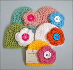 Crochet Baby Girl Hats--love these! I need to learn to crochet! Crochet Bebe, Crochet Baby Hats, Cute Crochet, Crochet For Kids, Baby Knitting, Baby Girl Hats, Girl With Hat, Crochet Mandala, Crochet Flowers