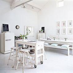 Hoge lichte ruimte met veel wit!