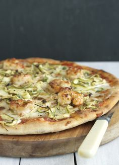 chilli and garlic prawn pizza with zucchini and mozzarella soaked in cream - made this with a gluten free crust - AMAZING! Raw Food Recipes, Seafood Recipes, Vegetarian Recipes, Cooking Recipes, Easy Cooking, Garlic Pizza, Garlic Prawns, Italian Dishes, Gastronomia