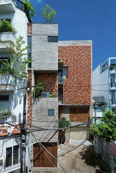 Construido en 2015 en Phú Nhuận, Vietnam. Imagenes por Quang Tran. La Casa Chi está situada en un tranquilo barrio residencial del DistritoPhu Nhuan, en la Ciudad de Ho Chi Minh, Vietnam. El terreno tiene una...