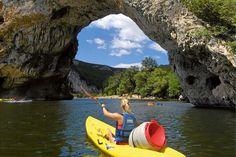 Der als Kanutenparadies berühmte Fluss Ardèche durchzieht 125 Kilometer lang einen Landstrich. Dort gibt es auf einer Wohnmobil-Tour viel zu entdecken: tiefe Canyons, hohe Berge und ursprüngliche Dörfer.
