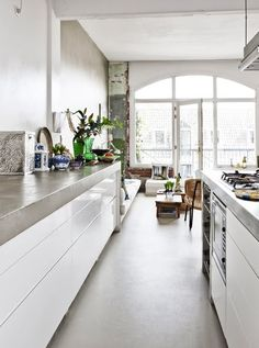 En boheme-perle midt i Amsterdam - Bolig Magasinet all white kitchen love! beautiful and functional, long clean lines.my daughter cooks so much and the children like to help, this would be so nice for her home. Kitchen Dinning, Kitchen Pantry, New Kitchen, Kitchen Decor, Dining Room, Deco Design, Küchen Design, Home Design, Cocinas Kitchen