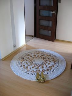 This carpet measures 140 cm in diameter and used up 600 meters of cotton twine (5 mm thick). I used a 9 mm crochet hook.