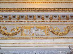 Particolari decorazioni, color oro su bianco, coronano il soffitto della Cattedrale di San Pietro in Mantova.