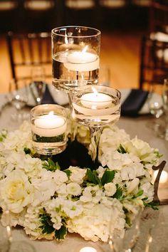 Centros de mesa con velas flotantes para la decoración de la boda