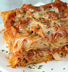 Baked Spaghetti - I love this one! Mixes eggs & Parmesan with spaghetti - kinda like Carbonara! Italian Dishes, Italian Recipes, Beef Recipes, Cooking Recipes, Hamburger Steak Recipes, Great Recipes, Dinner Recipes, Favorite Recipes, Poulet Hasselback