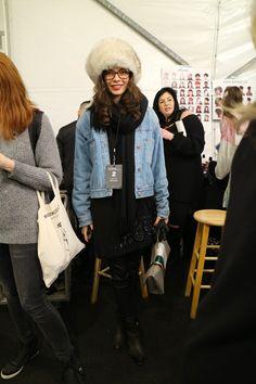 Les fourrures, moonboots, bonnets et autres accessoires de Noël sont de sortie. C'est un carnaval de superpositions, repéré en backstage du défilé Desigual. Plutôt que faire grise mine, on ajoute de la couleur (parfois trop): un état d'esprit dont il n'est pas superflu de s'inspirer. Dans de telles conditions. Focus: fashion week à New-York, backstage, veste en jeans, cuissardes noires,  toque en fourrure, chapeau
