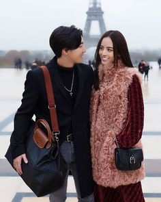 #REPOST @LongchampTH เซ็ทพิเศษ ณ กรุงปารีส ที่จะพาคุณชมสถานที่สวยๆทั่วเมืองอันเป็นบ้านเกิดของ Longchamp 🐎… Love Couple, Longchamp, Sling Backpack, Actors & Actresses, Backpacks, Couples, Hot, Bags, Fashion