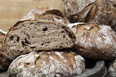 DiesesWalnussbrot ist ein herzhaftes Weizenbrot, das durch die gerösteten Walnüsse und dem Ruchmehl eine ganz besondere Note bekommt. Durch die hohe Teigausbeute hältdas Brot einelangeFrischhal...