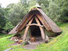 Imagine a cottage like this in the woods Le Ranch, Unusual Homes, Mabon, Natural Building, Earthship, The Hobbit, Hobbit Hole, Little Houses, Play Houses