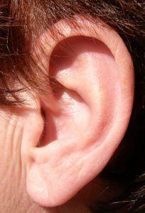 Einfache Selbsthilfe bei Tinnitus bieten natürliche Hausmittel und Übungen gegen Verspannungen