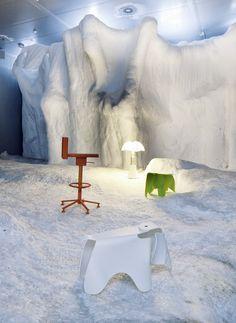 """DREHSTUHL """"360°"""" von Magis, Design: Konstantin Grcic. TISCHLEUCHTE """"Pipistrello"""" von Martinelli Luce, Design: Gae Aulenti. HOCKER """"Eames Elephant"""" von Vitra, Design: Charles und Ray Eames."""