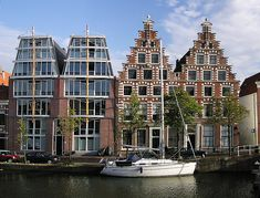 (Haarlem)_The_morden_&_triditional_houses_along_the_Spaarne_River,_Netherlands