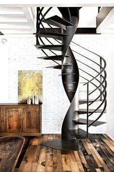 un escalier colimaçon noir avec des marches métalliques