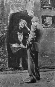 «Naples, sudari di carta» Ernest Pignon Street Art Ph. Alain Volut («La memoria dei vicoli»)