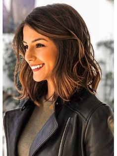Best Quality Elegant Middle Length Wavy Human Hair Lace Front Cheap Wigs 16 Inches - The most beautiful hairstyles Medium Short Haircuts, Haircuts For Wavy Hair, Medium Bob Hairstyles, Medium Hair Cuts, Hairstyles With Bangs, Short Hair Cuts, Medium Hair Styles, Curly Hair Styles, Layered Hairstyles