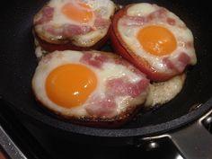 Eieren in paprikaringen met spek !