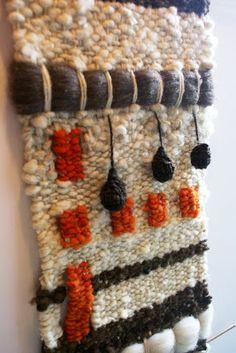 Telaresytapices              .... Maria Elena Sotomayor                : TELAR BLANCO/ NARANJA ( La Serena) Weaving Textiles, Weaving Art, Tapestry Weaving, Loom Weaving, Hand Weaving, Macrame Wall Hanging Diy, Weaving Wall Hanging, Weaving Projects, Macrame Projects