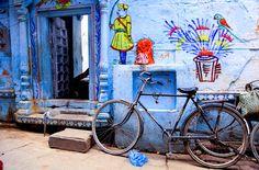 Blue walls and decorative arts